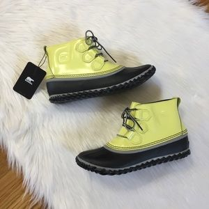 Sorel Out N About Duck Yellow Lace Up Rain Boots.